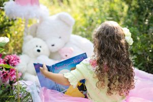 little-girl-reading-912380_1920-1